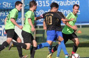 Gemeinsam zur Wehr gesetzt hat sich, wie in dieser Szene, der SV Mengkofen und erkämpfte sich somit den 1:0 Sieg